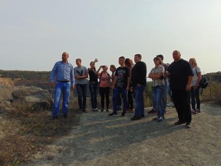 Екскурсію проводить заступник директора кар'єру Кулинич Р.Є (1)